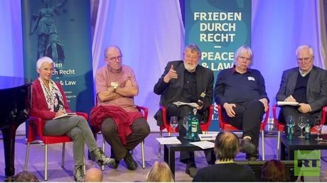 Podiumsteilnehmer Gabriele Krone-Schmalz, Andreas Zumach (taz), Dieter Deiseroth (IALANA). Ekkehard Siecker (Die Anstalt), Albrecht Müller (NachDenkSeiten)