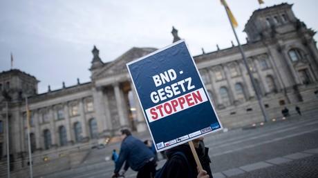 Bereits im Herbst 2016 waren Plakate wie dieses zu lesen, das bei einem Protest gegen das geplante BND-Gesetz während der Demonstration vor dem Reichstag in Berlin zum Einsatz kam. Jetzt reichte ein Bündnis eine Verfassungsklage ein.