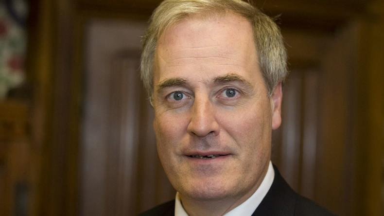 Too late to apologize: Britischer Lord tritt nach Verspätung zurück