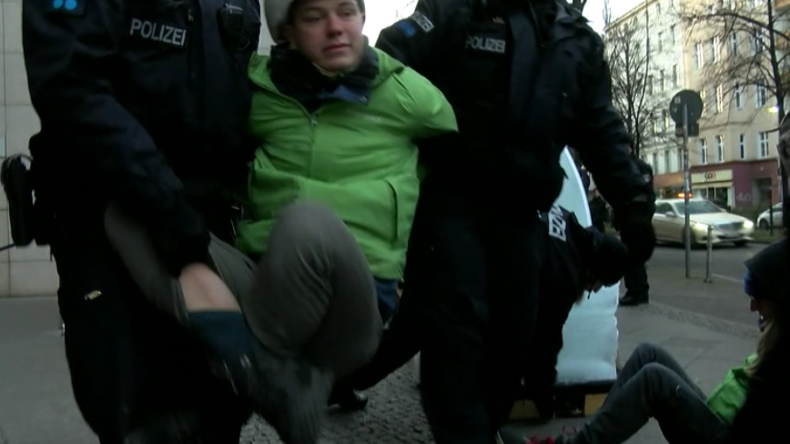 Polizei muss Greenpeace-Aktivisten vor SPD-Zentrale wegtragen