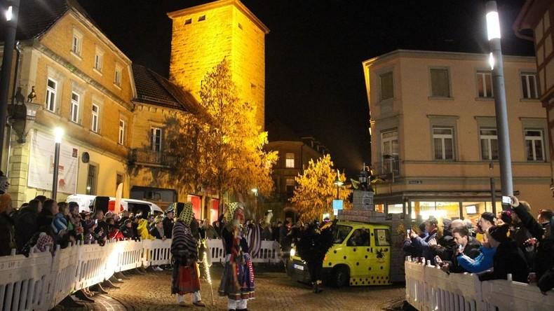Frau bei Fastnachtsumzug in Hexenkessel verbrüht - Polizei sucht zwei verkleidete Hexen