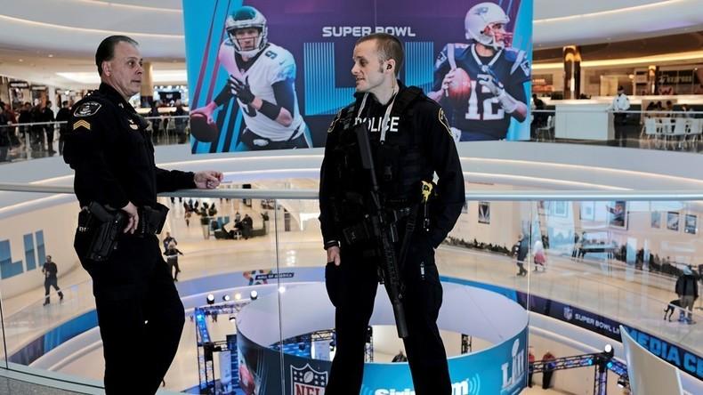 Leichte Beute: CNN-Mitarbeiter entdeckt heikle Unterlagen zu Super-Bowl-Terrorgefahr in Flugzeug