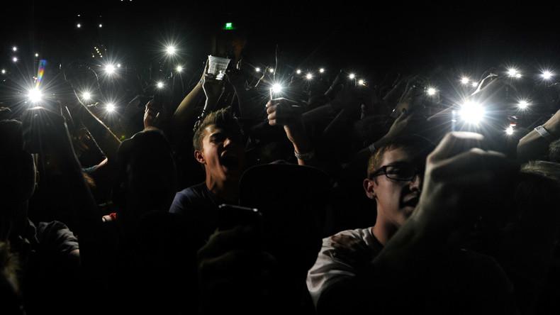 Es werde Licht: Wrestling-Fans beleuchten Turnierfinale mit Smartphones