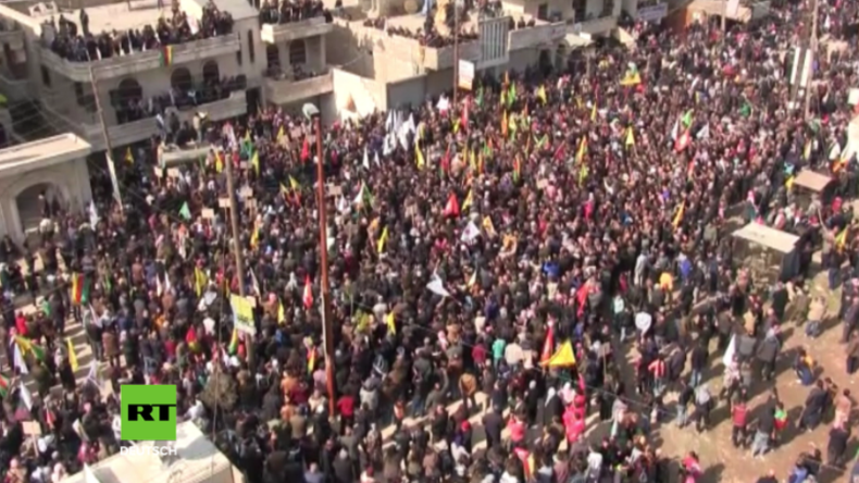 Afrin: Tausende ziehen auf die Straßen, um gegen türkische Militäroperation zu protestieren