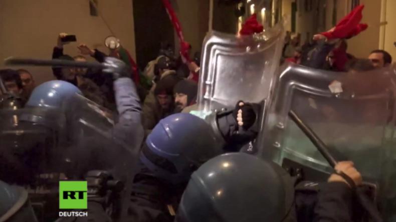 Italien: Demonstration gegen rechte Gedenkfeier artet aus - Polizei knüppelt Antifaschisten nieder