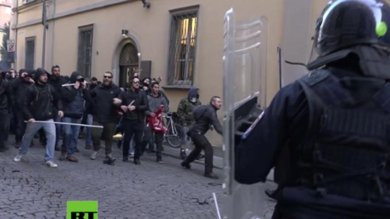"""Italien: Mit Stangen und Steinen - """"Antifaschistische"""" Protestler schlagen Polizei in die Flucht"""