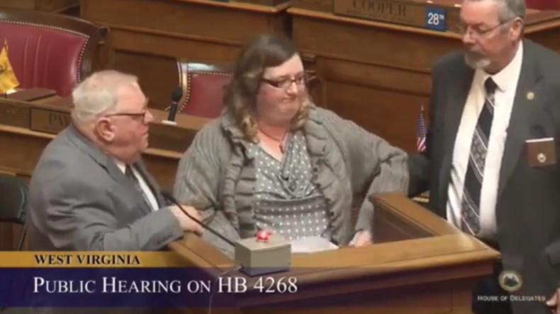 Vom Pult gezerrt: Frau zählt Geldbeträge auf, die Abgeordnete von US-Energielobby erhielten