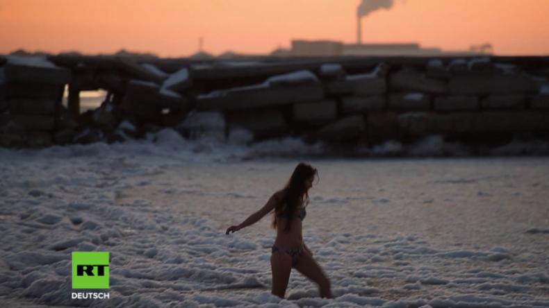 Strandbaden im Sonnenuntergang – Eisschwimmerin trotzt im Bikini den eisigen Temperaturen