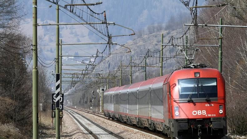 Zugunglück in Österreich - Eine Tote und mehrere Verletzte