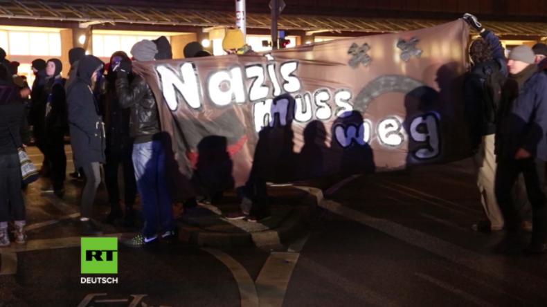 """""""Fuck Nazis"""" - Über 500 Antifa-Anhänger marschieren gegen 100 Merkel-Gegner in Hamburg auf"""