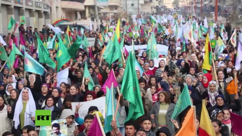 Syrien: Tausende Frauen und Kinder ziehen gegen türkische Militäroperation auf die Straßen Afrins