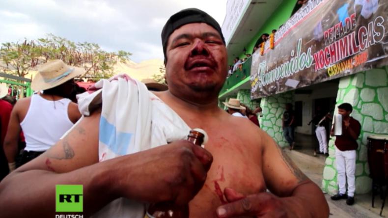Blaue Augen für die Tradition - Hunderte liefern sich Faustkämpfe in Mexiko