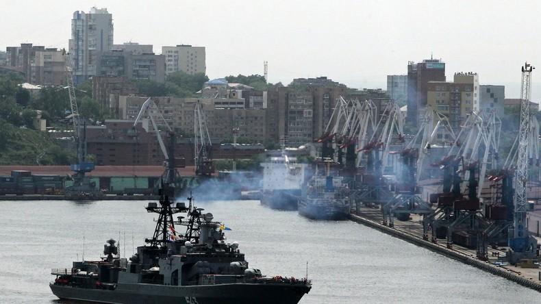 Russischer Zerstörer aus der Pazifikflotte fängt Feuer
