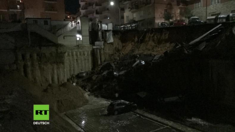 Italien: Riesiges Erdloch in Rom verschlingt Straße samt Autos