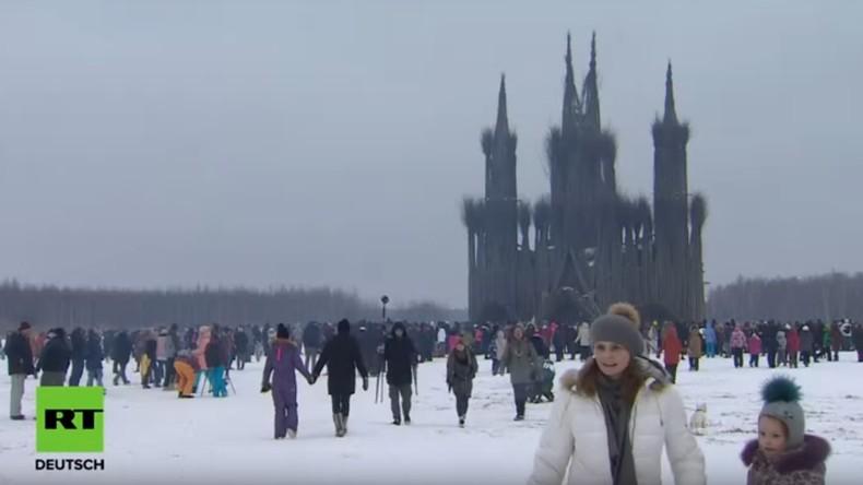 LIVE: Masleniza-Feierlichkeiten: Skulptur einer gotischen Kathedrale wird abgebrannt