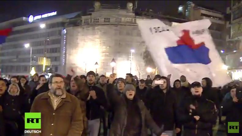 Serbien: Proteste in Belgrad am Jahrestag der Unabhängigkeit des Kosovo (Video)