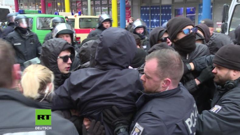 """Berlin: Marsch gegen """"fatale Flüchtlingspolitik"""" von Gegnern gestoppt - Sieben verletzte Polizisten"""
