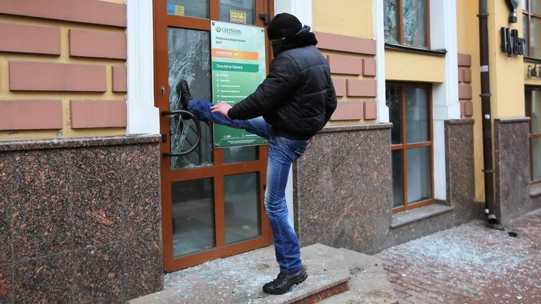 Neue Exzesse ukrainischer Nationalisten: Extremisten verwüsten russisches Kulturzentrum in Kiew