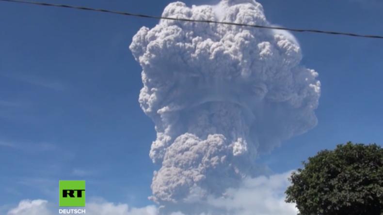 Indonesien: Vulkan Sinabung spuckt riesige Pilz-Wolke