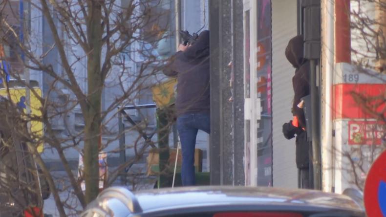 Bewaffneter hat sich in Gebäude verschanzt - Großer Polizeieinsatz in Brüssel