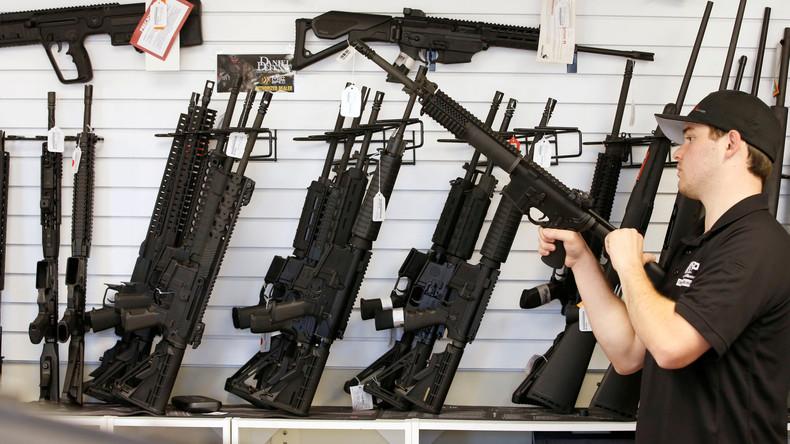 """Mit Waffen zum Gottesdienst: Prediger glorifiziert AR-15-Gewehr als Apokalypse-""""Zepter"""""""