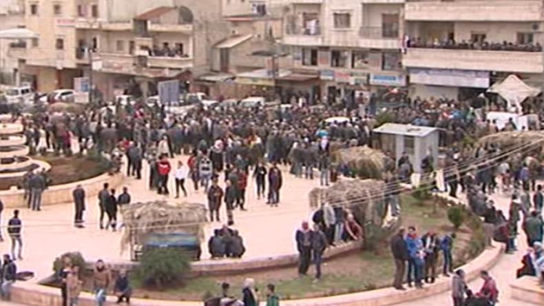 Afrin: Menschen strömen auf die Straßen, um Pro-Regierungsmilizen zu begrüßen