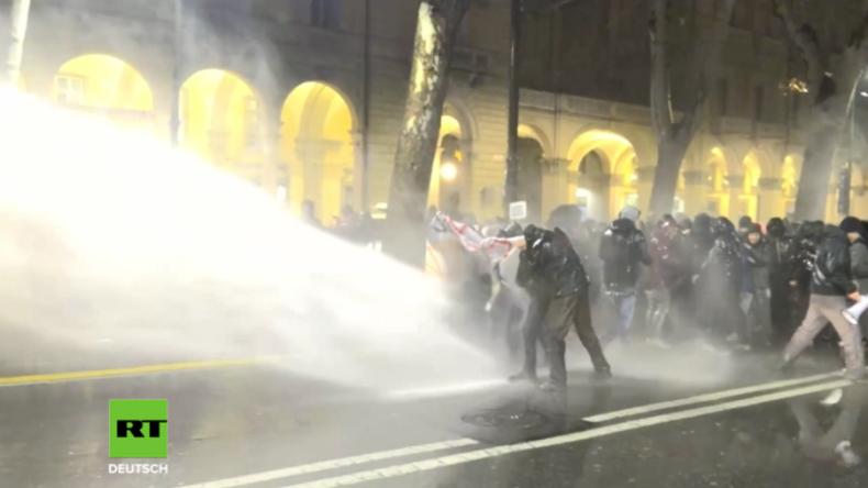 Erneut Krawalle in Italien: Polizei hält CasaPound-Gegner mit Wasserwerfern zurück