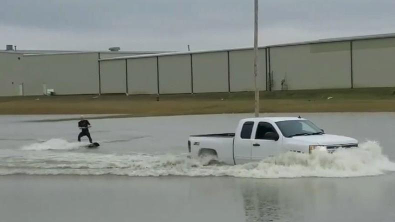 Surfin' Michigan: Spaß im Ausnahmezustand nach Überflutung