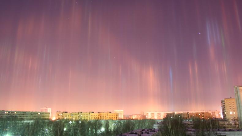 Lichtsäulen über Sankt Petersburg: Einwohner posten Fotos in sozialen Netzwerken