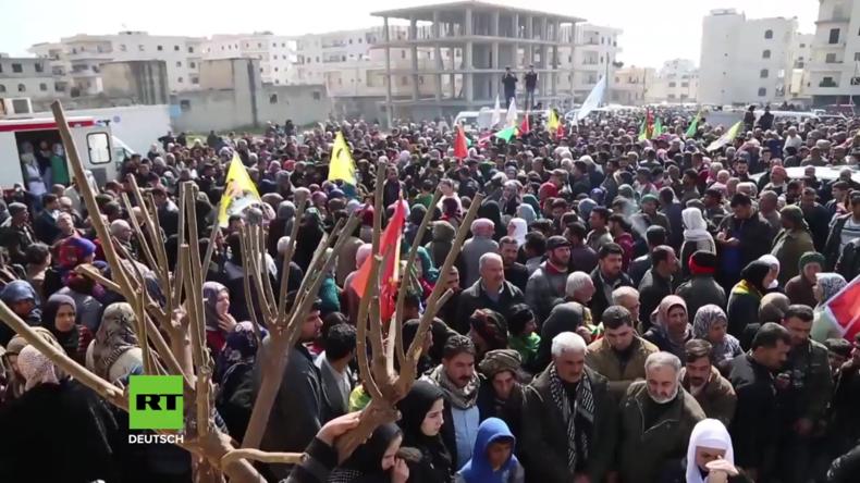 Syrien: Tausende beklagen gefallene YPG-Kämpfer bei Trauerzug in Afrin
