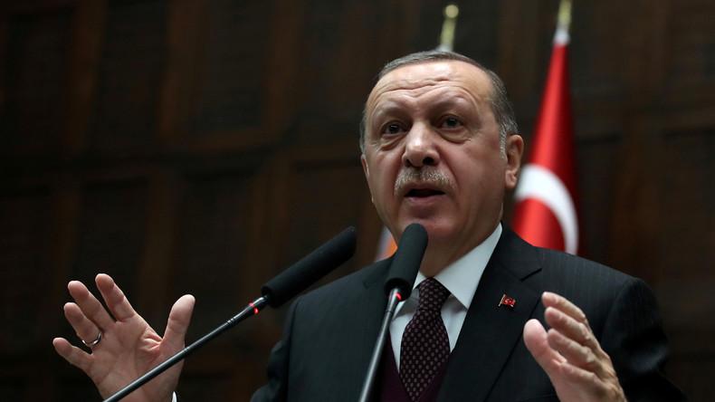 """Erdogan küsst schluchzendes Mädchen in Uniform: """"Wenn Du Dich opferst, werden wir Dich ehren!"""""""