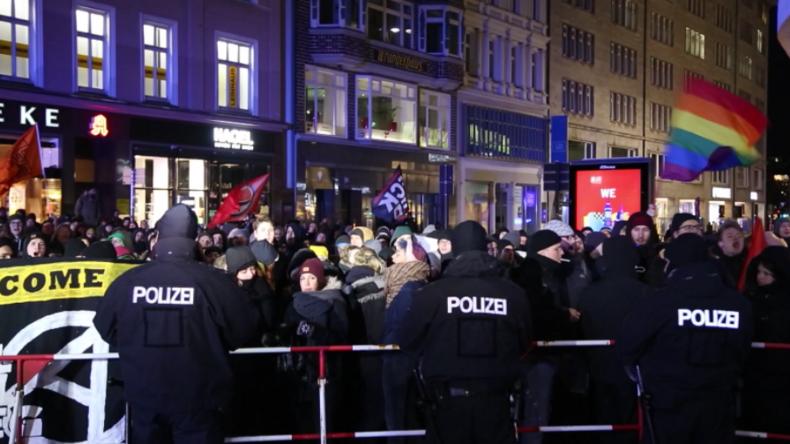 """Hamburg: Demonstration """"Merkel muss weg"""" trifft erneut auf massiven Gegenprotest"""