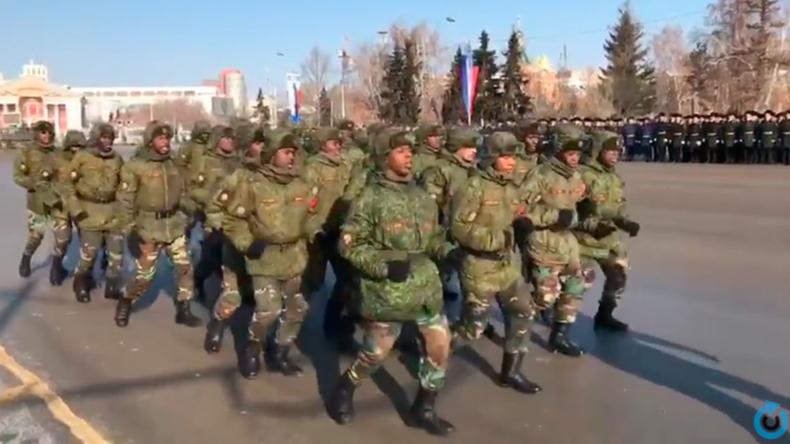 """Ungewöhnliche Aufnahmen: Angolanische Soldaten """"tanzen"""" durch sibirische Großstadt"""