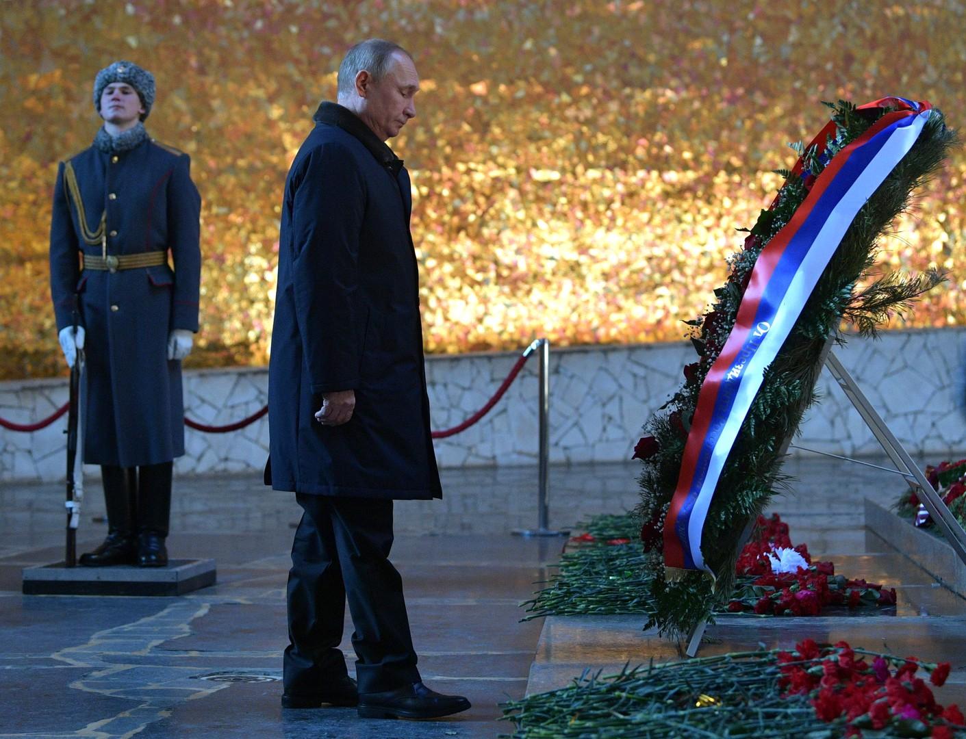 Wladimir Putin ehrt die Gefallenen im Ruhmes-Panorama auf dem Mamajew-Hügel