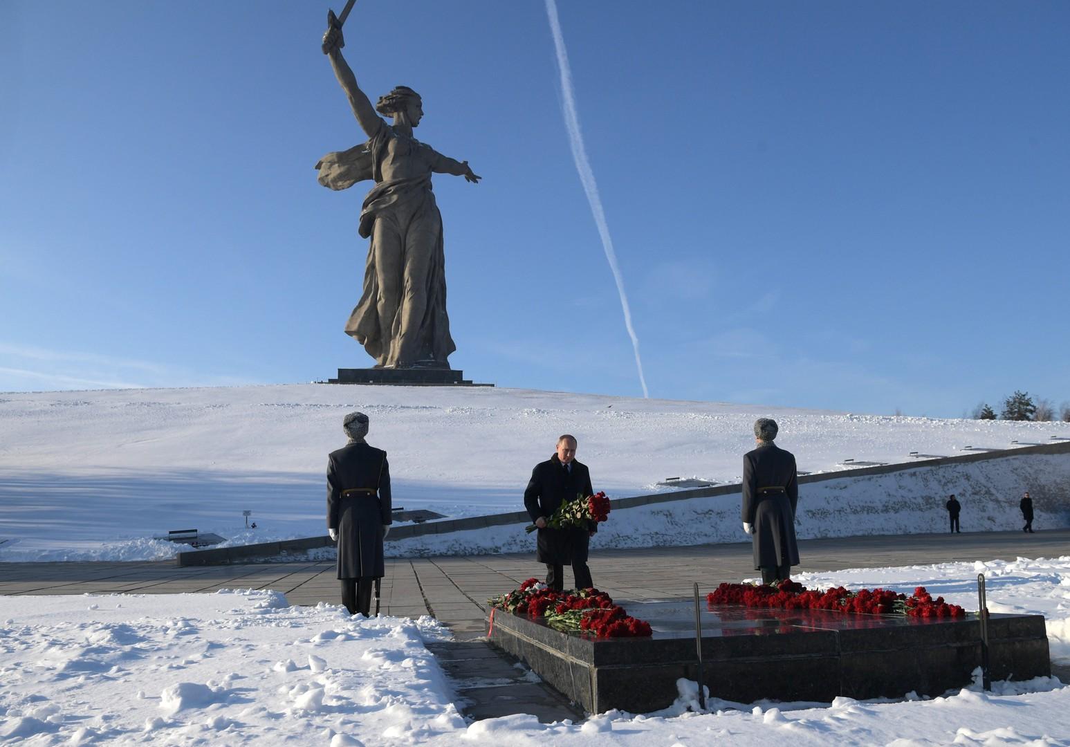 """Kranzniederlegung auf dem  Mamajew-Hügel, wo das Denkmal """"Mutter Heimat ruft!"""" steht"""