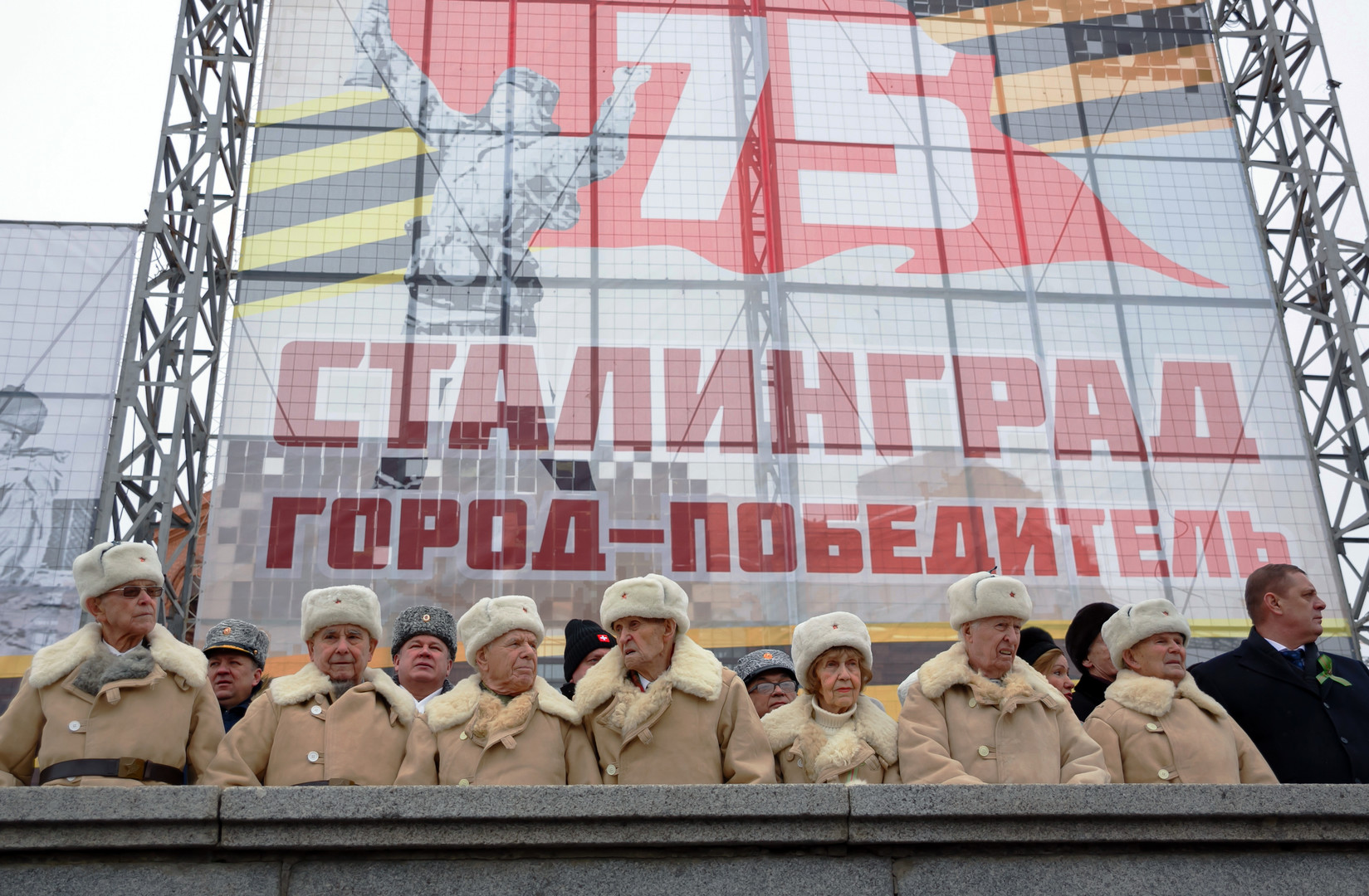 Kriegsveteranen auf der Ehrentribüne während der historischen Militärparade durch das Stadtzentrum