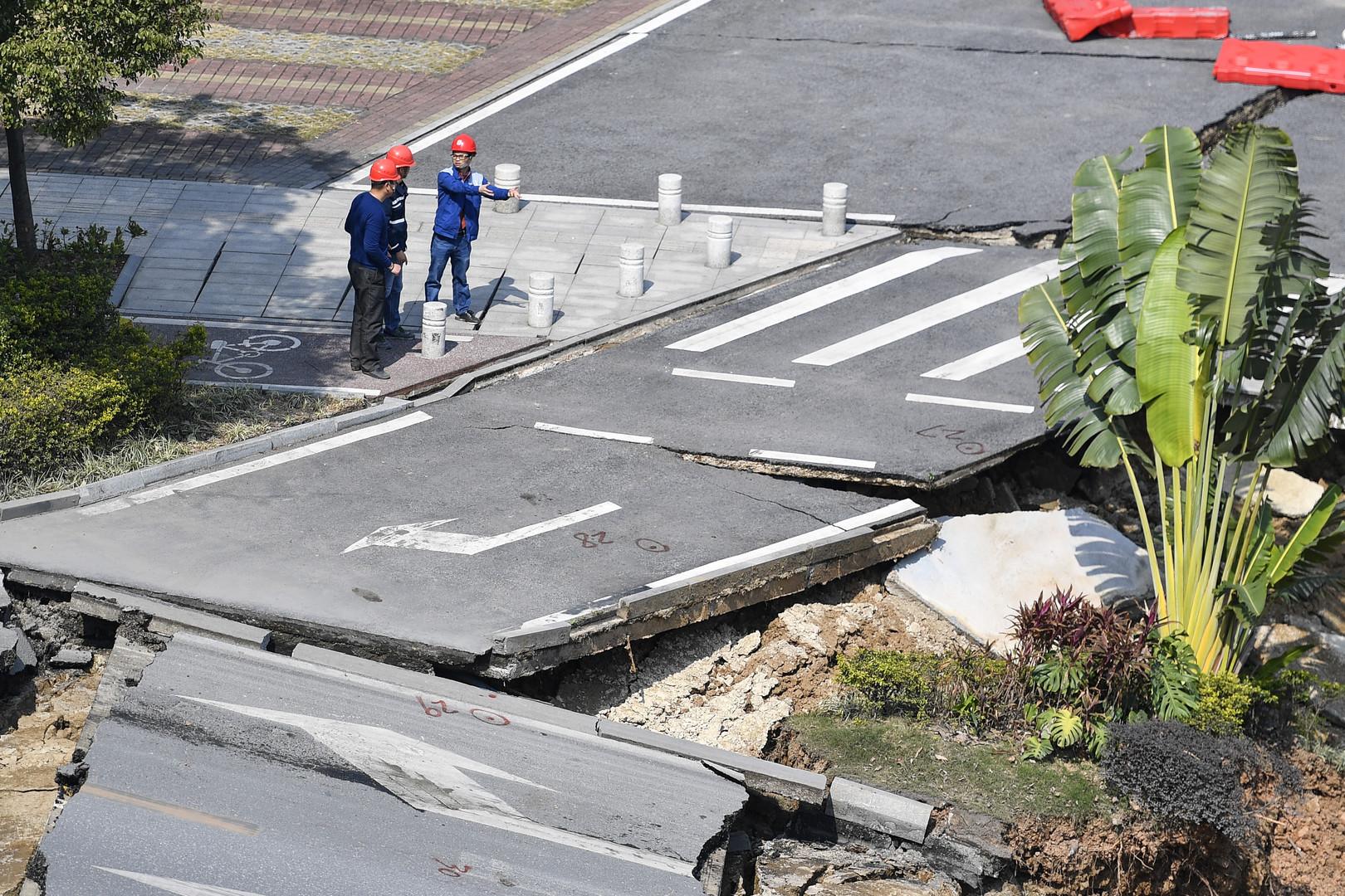 Heimweg von Arbeit wird zur Hölle: Autobahn in China stürzt ein – Acht Menschen sterben in Grube