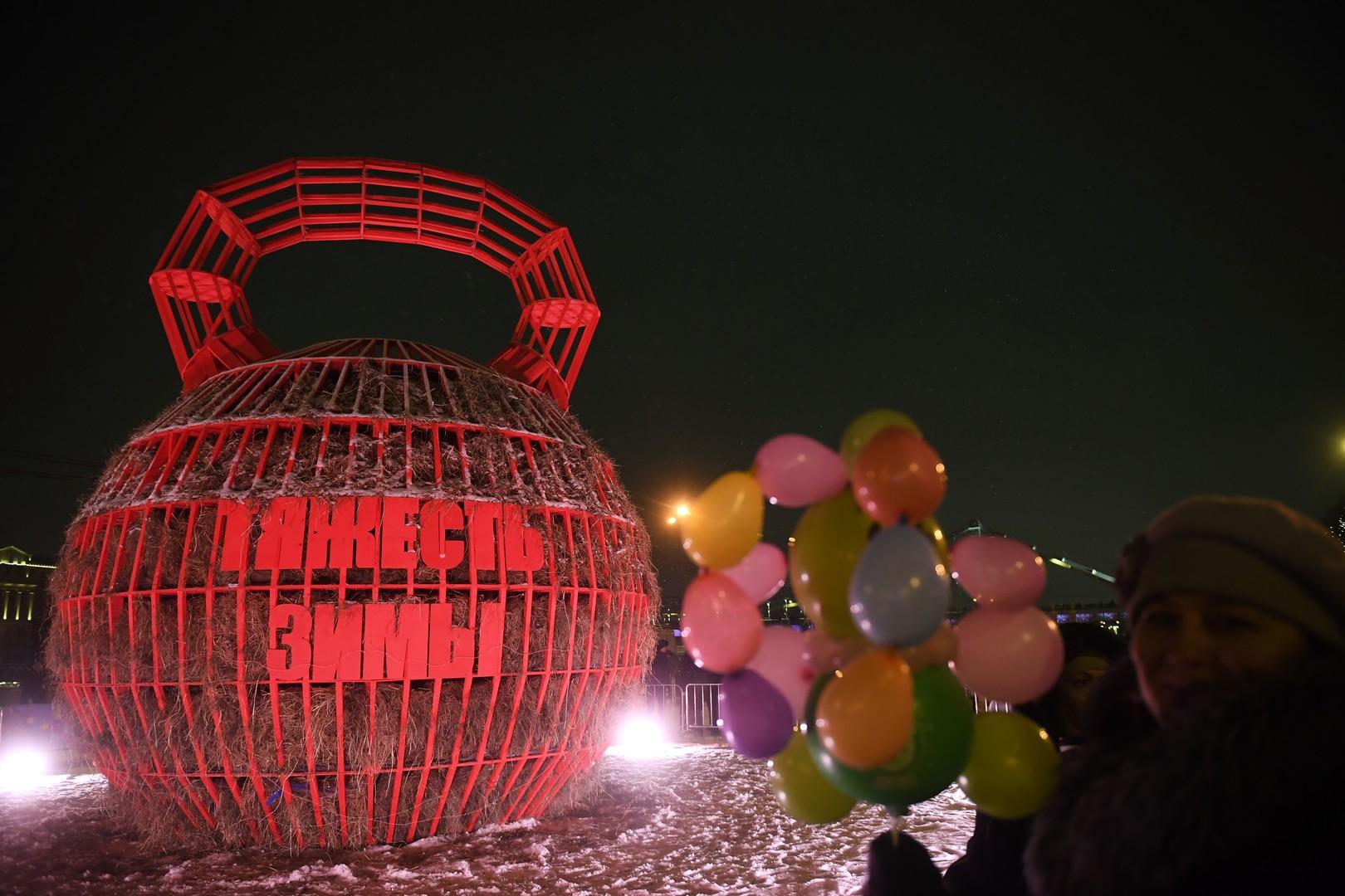 """Im Moskauer Gorki-Park sah die Winter-Puppe etwas anders aus: Ein Stemmgewicht mit der Aufschrift """"die Schwere des Winters"""""""