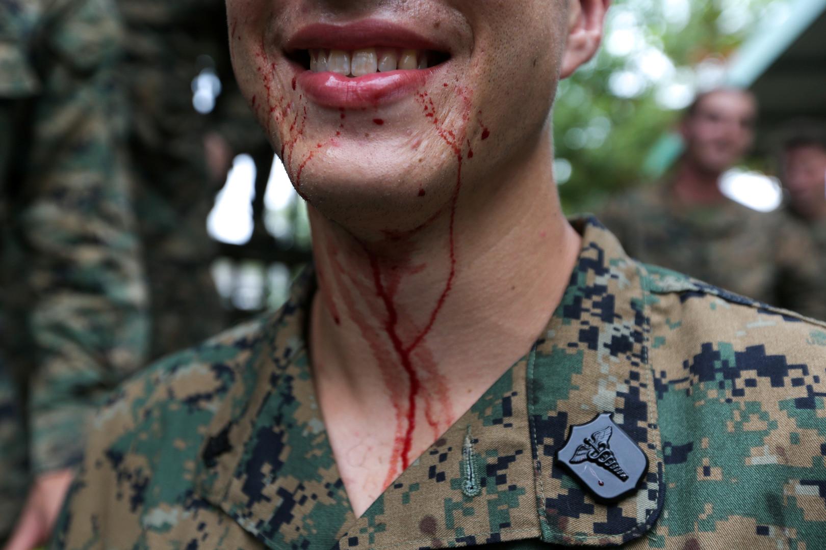 """Ein US-Soldat verschmiert mit dem Blut einer Kobra, """"Cobra Gold 2018"""" Manöver in der thailändischen Chonburi Provinz, 19. Februar 2018."""