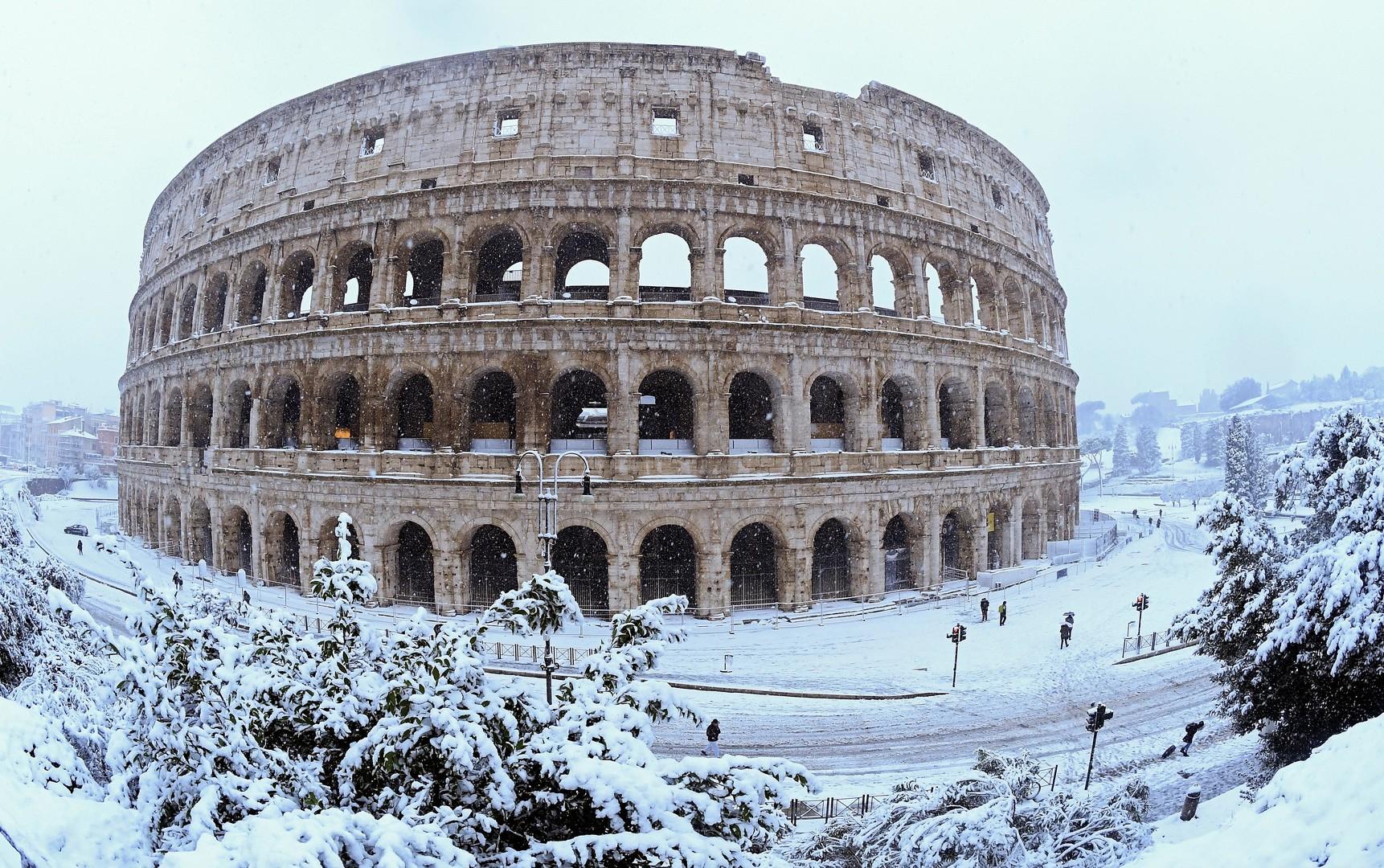 Ungewohnte Bilder aus Rom: Winter legt italienische Hauptstadt lahm - Militär soll Schnee räumen