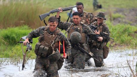 US-Militärs kämpfen sich durch einen überfluteten Fluss; Zambales Provinz, Philippinen, 7. Oktober 2016.