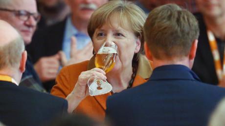 Auch die Bundeskanzlerin konnte den Trend nicht aufhalten - obwohl sie sich, wie zu sehen ist, weiterhin Mühe gibt.