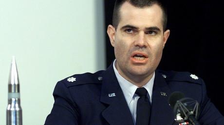 US-Oberst Scott Bethel neben einer 30-Millimeter-Granate mit abgereichertem Uran bei einer Pressekonferenz von Militärexperten zum