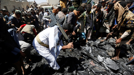 Mitglieder der Huthi-Rebellen sammeln Teile einer abgeschossenen Drohne auf; Sanaa, Jemen, 1. Oktober 2017.