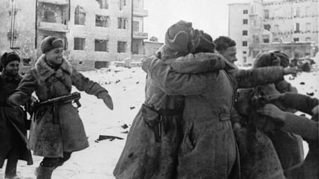 Begrüßung der Rotarmisten, die die faschistische Wehrmacht in Stalingrad belagerten.