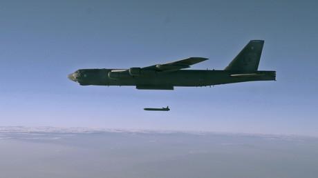 Der atomwaffenfähige Langstreckenbomber B-52H wirft eine Cruise Missile über einem Testgelände in Utah ab.