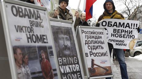 Aktivisten einer russischen Bürgerbewegung bei einer Protastaktion zur Unterstützung des Geschäftsmannes Wiktor But in der Nähe der US-Botschaft in St. Petersburg.