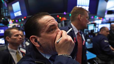 Szene von der Börse in New York am Montag: Der Dow Jones bricht ein. Angst vor einer Überhitzung der Konjunktur, drohender Inflation sowie einer möglichen Anhebung der Zinsen durch die Zentralbank, um Tempo aus dem Spiel der Märkte zu nehmen, sollen die Ursachen für den neuesten Crash sein.