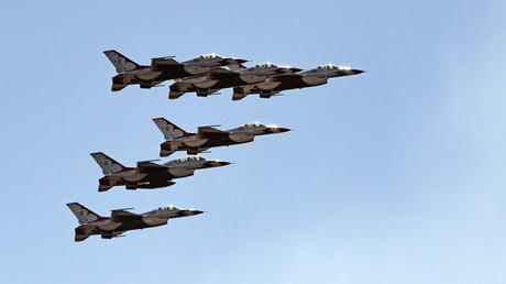US-amerikanische F-16 während einer Air Show in Maryland.
