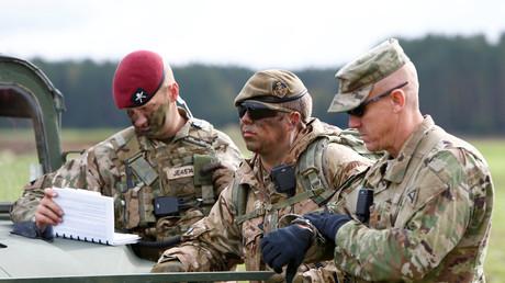 Britische und US-Soldaten bei einer gemeinsamen Übung in Hohenfels. Auch der britische Armeechef sieht eine russische Bedrohung, aufgrund derer eine Präsenz in Deutschland über den geplanten Abzug hinaus unabdingbar sei.